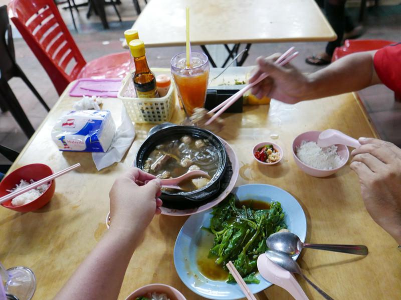 新記肉骨茶|沙巴亞庇必吃美食推薦,沙鍋裝盛的肉骨茶,沙巴肉骨茶名店之一。