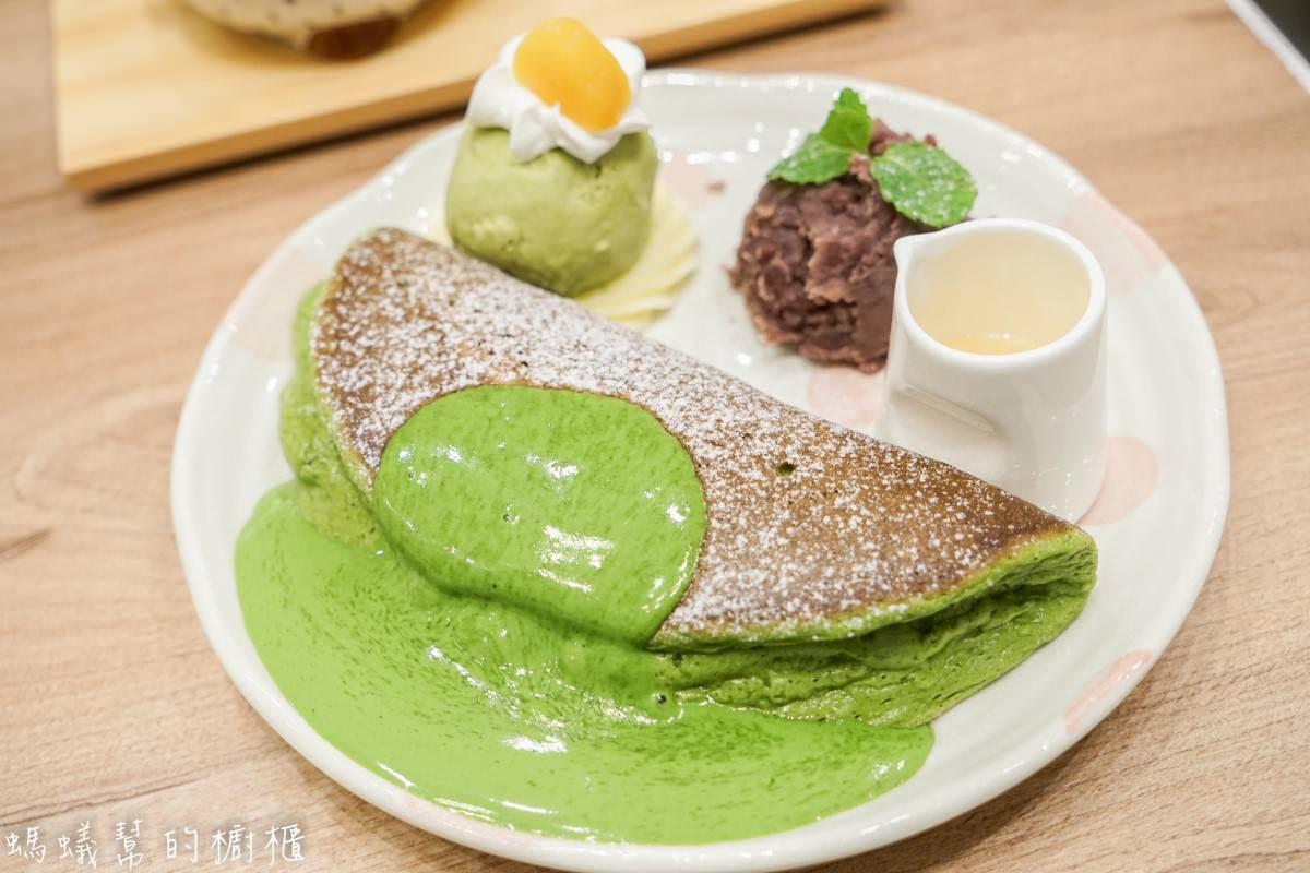 Woosa屋莎鬆餅屋(台中遠百店)|季節限定超濃厚抹茶雲朵鬆餅!輕柔口感入口即化,抹茶風韻迷人。
