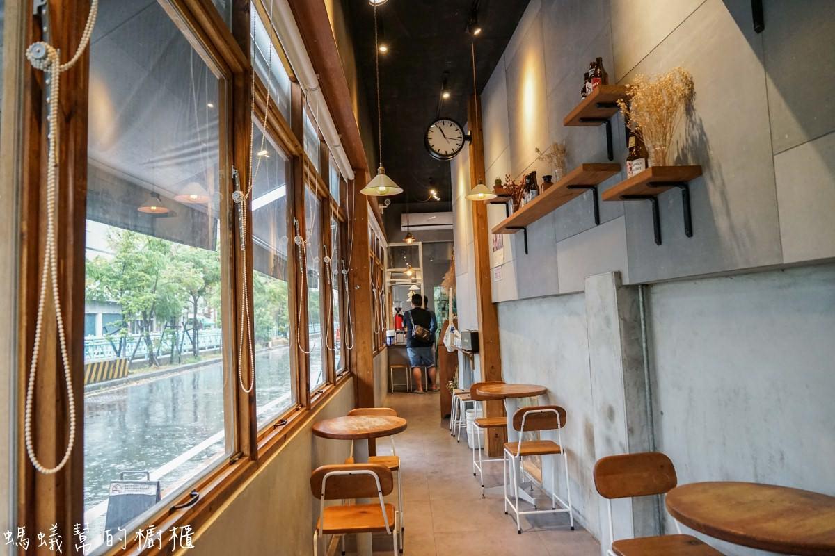 彰化員林樂居咖啡|員林咖啡館精選,咖啡店吃美味滷味,簡約輕鬆工業風裝潢,像公車停等站的咖啡BAR。